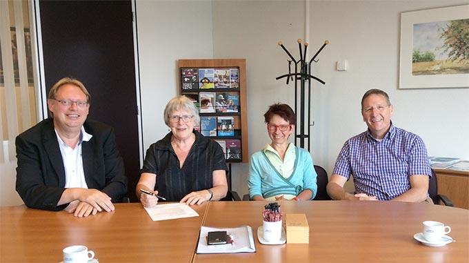 Het bestuur van Goede Rede Concerten met notaris Heldoorn (links)